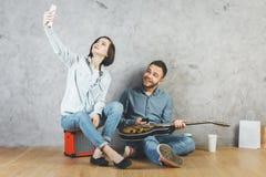 Homme et femme attirants avec la guitare Images stock