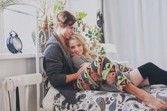 Homme et femme attirants dans la caresse de chambre à coucher ensemble mignonne photographie stock libre de droits