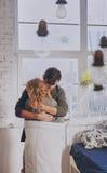 Homme et femme attirants dans la caresse de chambre à coucher ensemble mignonne image stock