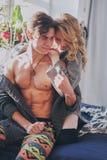 Homme et femme attirants dans la caresse de chambre à coucher ensemble mignonne images stock