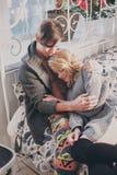 Homme et femme attirants dans la caresse de chambre à coucher ensemble mignonne photo libre de droits