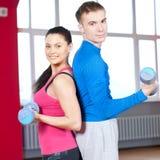 Homme et femme au gymnase faisant l'étirage Images stock