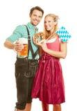Homme et femme avec de la bière et le bretzel Photographie stock