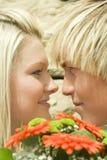 Homme et femme avec des fleurs. Photo stock
