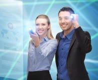 Homme et femme avec des lampes-torches Photo stock