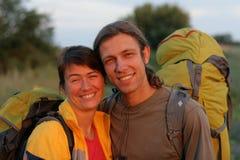 Homme et femme avec des sacs à dos images libres de droits