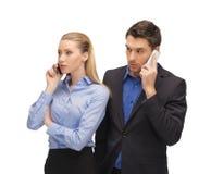 Homme et femme avec des téléphones portables Images libres de droits