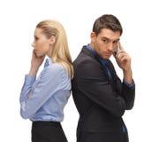 Homme et femme avec des téléphones portables Images stock