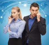 Homme et femme avec des téléphones portables Image libre de droits