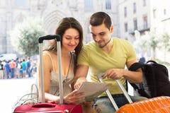Homme et femme avec des valises Images stock
