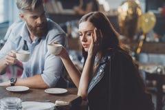 Homme et femme avec du café dans la chambre malpropre Images stock