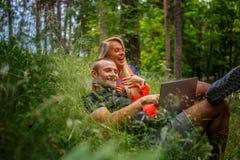 Homme et femme avec l'ordinateur portatif Photo stock