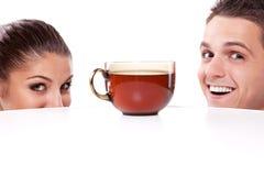 Homme et femme avec la cuvette de thé Images stock