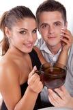 Homme et femme avec la cuvette de thé Image libre de droits