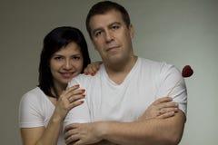 Homme et femme avec le coeur rouge Photos stock