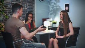 Homme et femme avec le problème de transmission clarifiant leurs relations dans le bureau du psychologue banque de vidéos