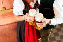 Homme et femme avec le verre de bière photos libres de droits
