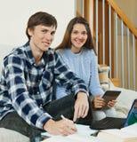 Homme et femme avec les livres et le carnet à disposition Photos libres de droits