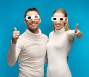 Homme et femme avec les verres 3d Photographie stock