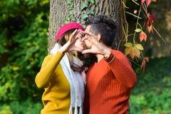Homme et femme avec les visages blured sur le fond d'arbre Photos libres de droits