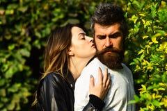 Homme et femme avec les visages romantiques sur le fond d'arbres d'automne Image stock