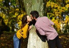 Homme et femme avec les visages romantiques sur le fond de nature Image stock