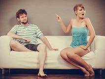 Homme et femme ayant l'argument se reposant sur le sofa à la maison photo libre de droits