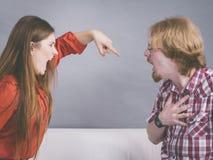 Homme et femme ayant le combat image stock