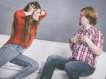 Homme et femme ayant le combat photographie stock