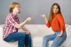 Homme et femme ayant le combat images stock