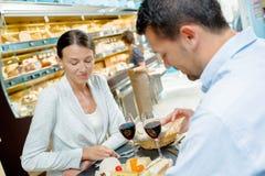Homme et femme ayant le repas dans la cantine Image libre de droits