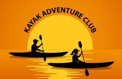 Homme et femme barbotant dans des kayaks à la silhouette de coucher du soleil illustration libre de droits