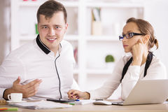 Homme et femme beaux dans le bureau Images stock