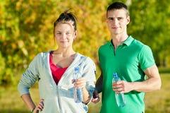 Homme et femme buvant de la bouteille Image stock