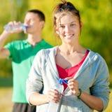 Homme et femme buvant de la bouteille Photos stock