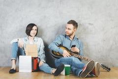 Homme et femme caucasiens avec la guitare Photo stock