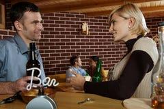 Homme et femme causant dans le bar Images libres de droits