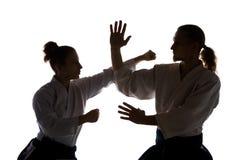 Homme et femme combattant à la formation d'Aikido à l'école d'arts martiaux images stock