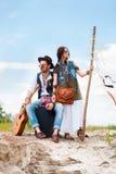 Homme et femme comme hippies de boho contre le ciel bleu Photo libre de droits