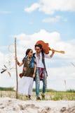 Homme et femme comme hippies de boho contre le ciel bleu Images libres de droits