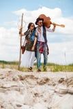 Homme et femme comme hippies de boho contre le ciel bleu Photos stock