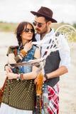 Homme et femme comme hippies de boho contre le ciel bleu Images stock