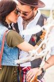 Homme et femme comme hippies de boho contre le ciel bleu Image libre de droits