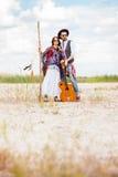 Homme et femme comme hippies de boho contre le ciel bleu Photo stock