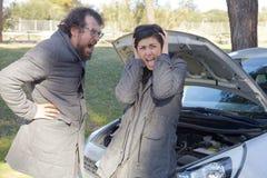 Homme et femme criant pour l'accident de voiture Photo stock