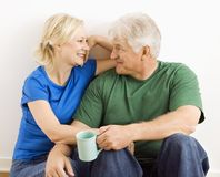 Homme et femme détendant ensemble. Photos libres de droits