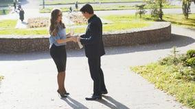 Homme et femme d'affaires ayant la réunion et la conversation extérieures banque de vidéos