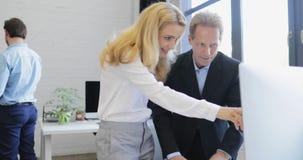 Homme et femme d'affaires collaborant avec l'ordinateur dans le bureau créatif, deux hommes d'affaires professionnels montrant de banque de vidéos