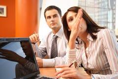 Homme et femme d'affaires dans l'action. photos stock
