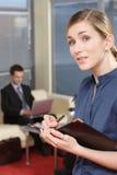 Homme et femme d'affaires dans la partie de bureau Image libre de droits